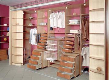 Встроенный шкаф в гардеробной комнате