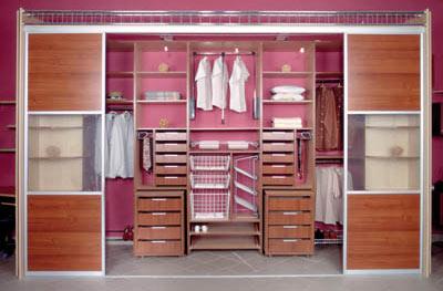 Встроенный шкаф в гардеробной комнате с раздвижными дверями