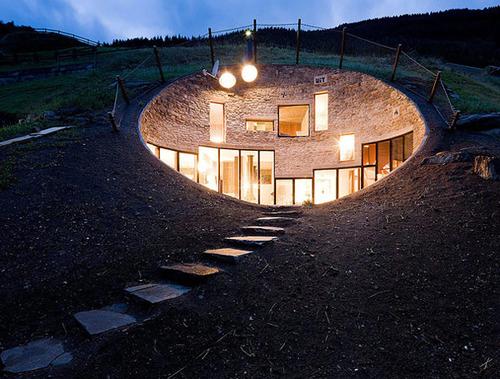 Vals - дом внутри холма вид ночью