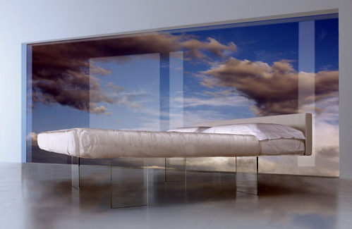 Воздушная кровать висит в воздухе