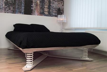 Кровать на пружинах