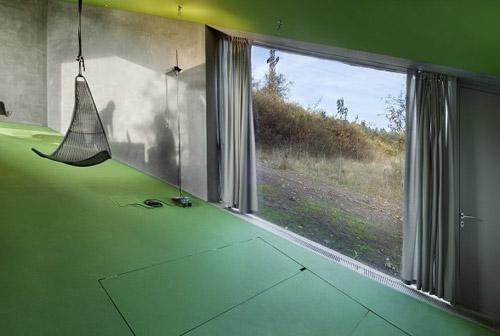 Домашний кинотеатр в сложенном виде. Вид из окна розового дома