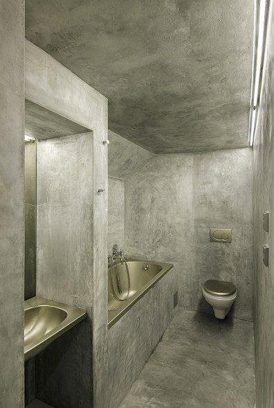 Ванная комната совмещена с туалетом в розовом доме