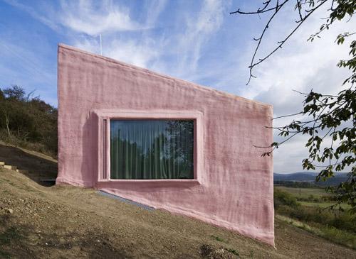 Вид розового дома снаружи сбоку