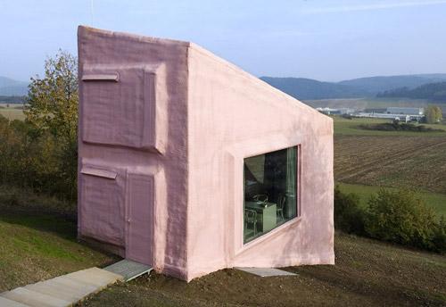 Ландшафт вокруг розового дома