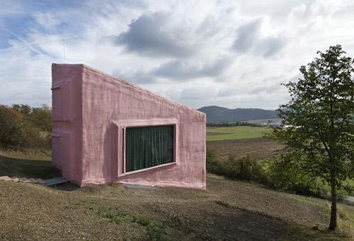 Внешний вид оригинального розового дома