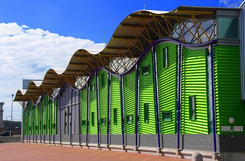Зеленый спортивный комплекс забавной архитектуры