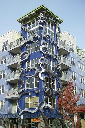 Красивое многоэтажное здание с объемным узором вокруг окон