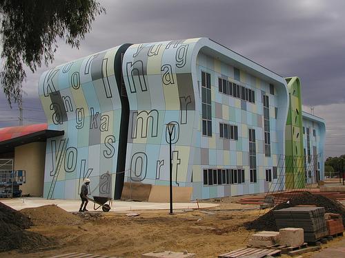 Модное здание в клеточку с буквами на территори университета