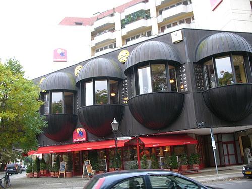 Моднявое здание на углу улиц