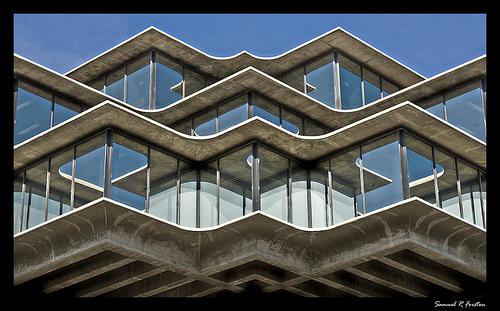 Причудливый фасад с красивыми окнами