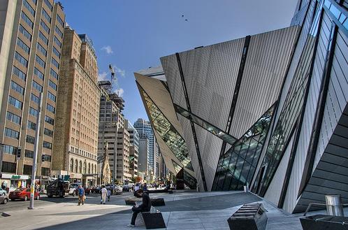 Роскошный Королевский музей Онтарио вид сбоку
