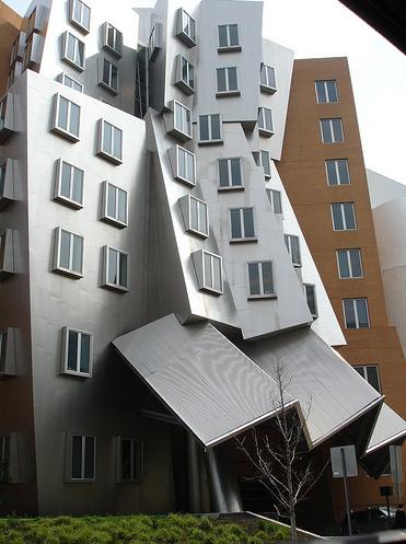 Замысловато поломанное здание на территории Массачусетского университета