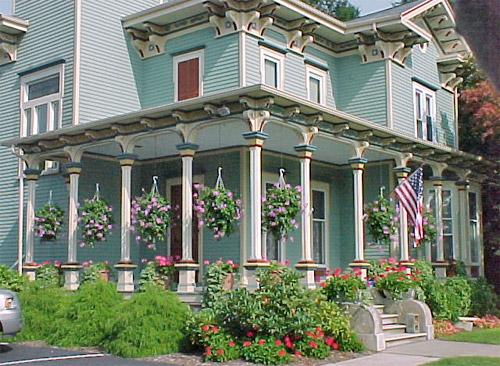 Крыльцо на углу дома с колоннами