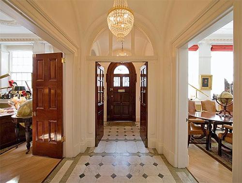 Коридор, люстра, межкомнатные двери в английском стиле