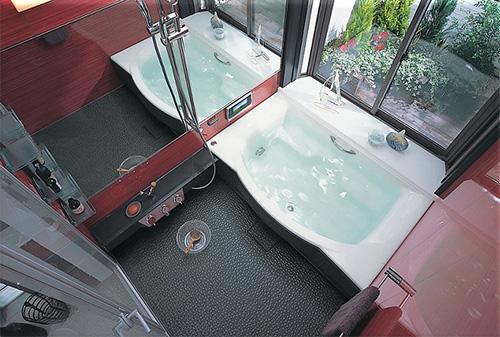 Дизайн интерьера маленькой красной ванной комнаты вид сверух