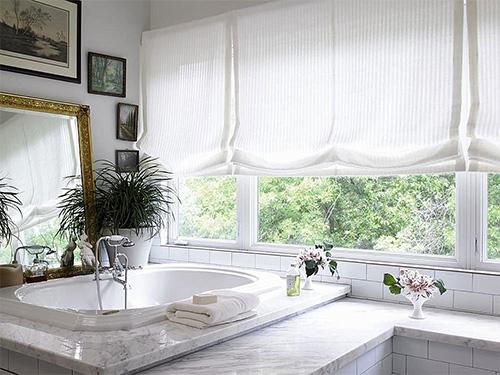 Белые римские шторы для ванной комнаты