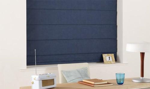 Синие римские шторы в закрытом состоянии