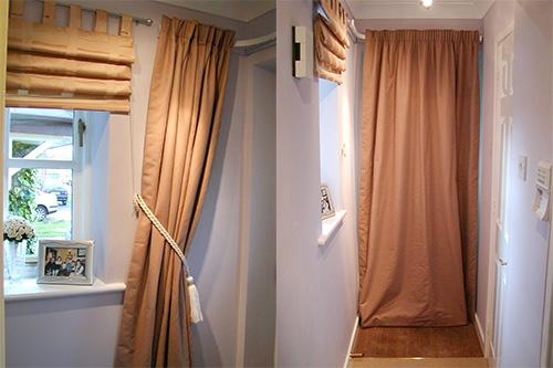 Римские шторы в открытом состоянии в сочетании с обычными шторами на двери