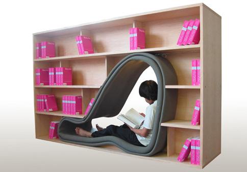 Книжный шкаф-пещера с мягкими стенами и лампой