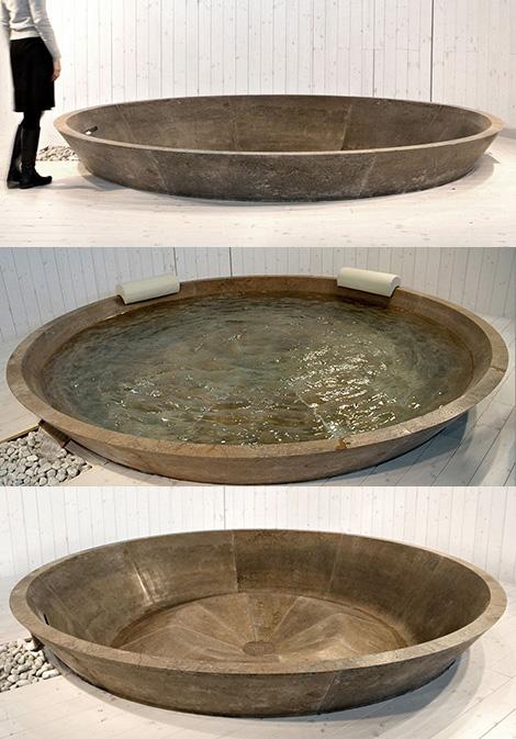 Огромная каменная ванна