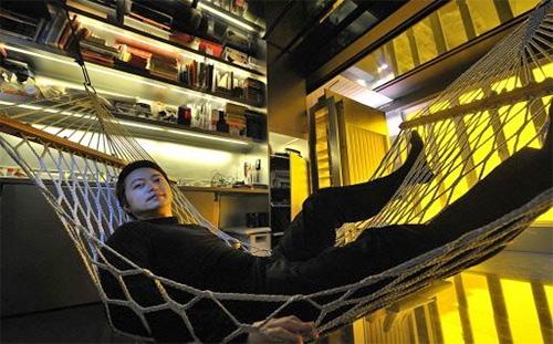 Гэри Чан в гамаке в своей уникальной квартире трансформере