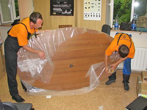Упаковка стола профессионалами офисного переезда