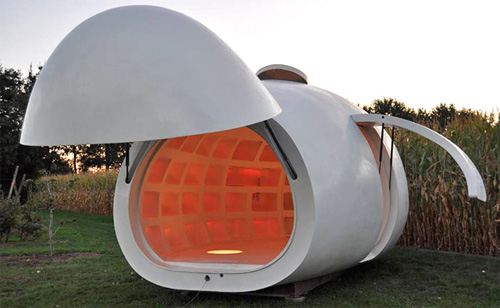 Дом-яйцо с открытыми дверями