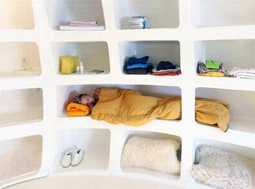 Замысловатая полка-кровать в домике в виде яйца