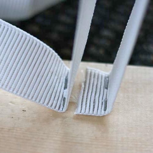 Крепим эластичную ленту к доске с помощью мебельного степлера
