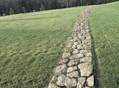 Дорожка в стиле древней тропы из неровного грубого камня