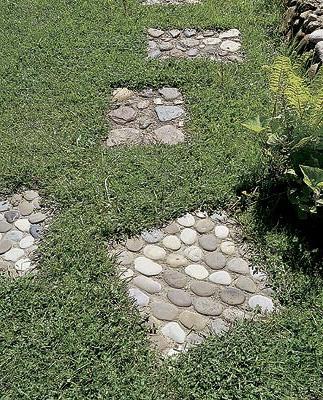 Плитка из крупного камня и мелкого гравия посреди травы