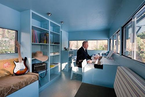 Стильный и современный интерьер мобильного офиса