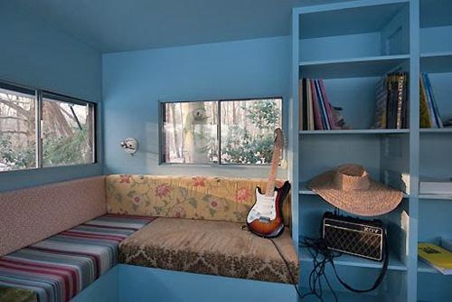 Внутри куча полок, диванов и отличное освещение