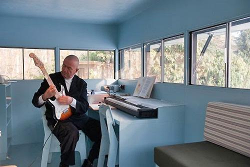 У офиса в бревнах окна выходят почти на все стороны
