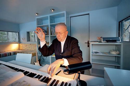 Интерьер студии в бревнах и композитор за работой