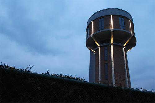 Вечерний вид на водонапорную башню с подсветкой