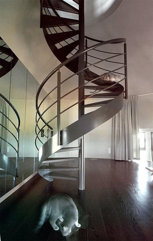 Винтовая лестница, зеркальная стена