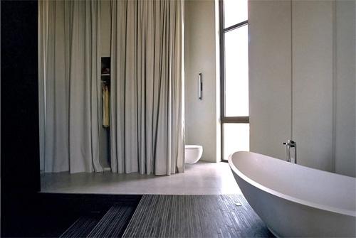 Вход в ванную отгорожен тканью