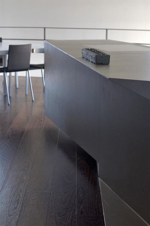 Кирпич на столе как элемент декора