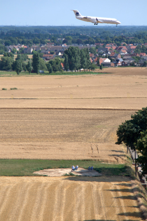 Вид из крыши водонапорной башни на садящийся самолет