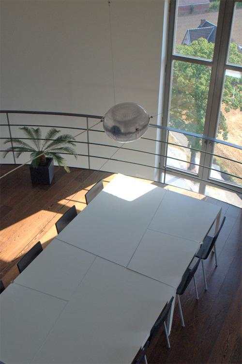 Современный обеденный стол в водонапорной башне