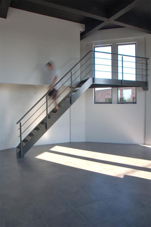 Лестница и увеличенные окна в доме внутри водонапорной башни