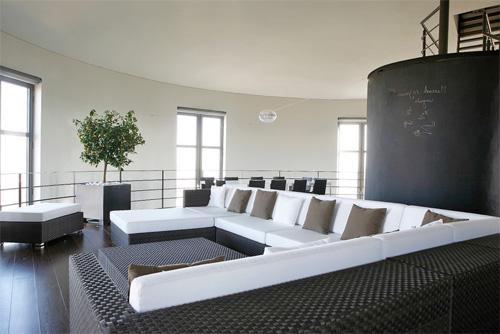 Современная гостиная внутри водонапорной башни