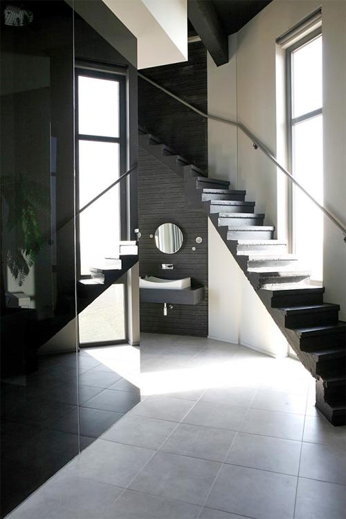 Бетонная лестница в ванной комнате водонапорной башни