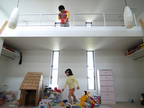 Детская комната в доме под ступеньками