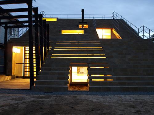Фантастичный ночной экстерьер дома под ступеньками