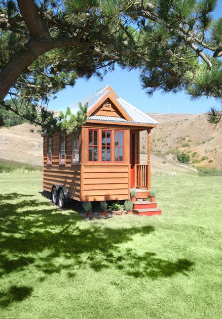 Малюсенький деревянный домик на колёсах