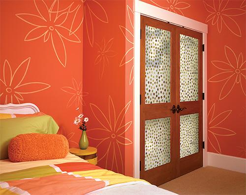 Распашные деревянные двери с витражами