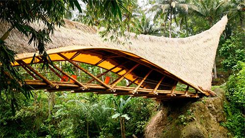 Мост в экологически чистой школе на острове Бали